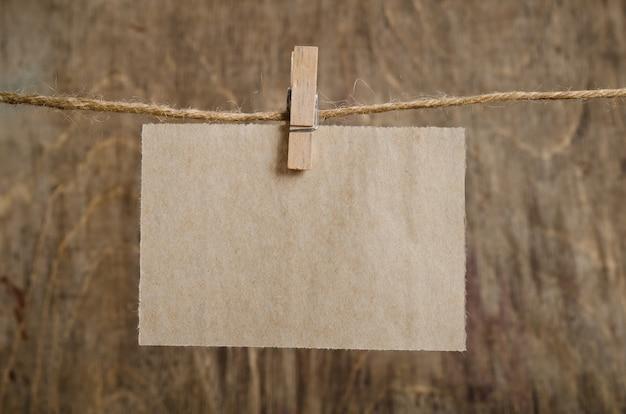 Oud vel papier opknoping op de waslijn op wasknijper