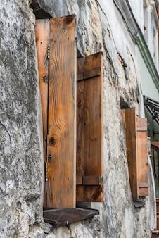 Oud venster op oude muur