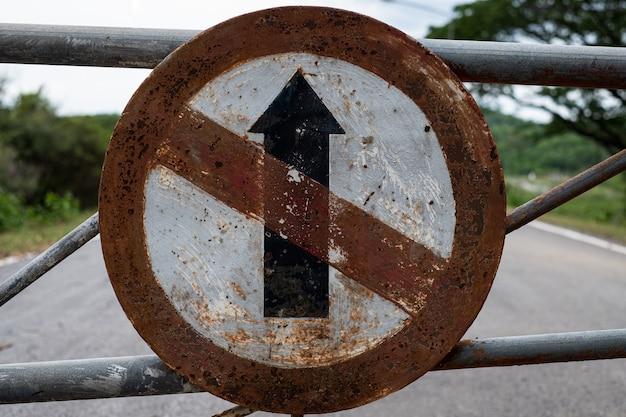 Oud verkeersbord gaat niet rechtdoor richting bord op de weg