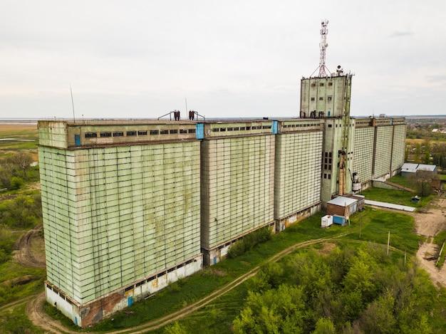 Oud verlaten graanliftgebouw van industrieel complex
