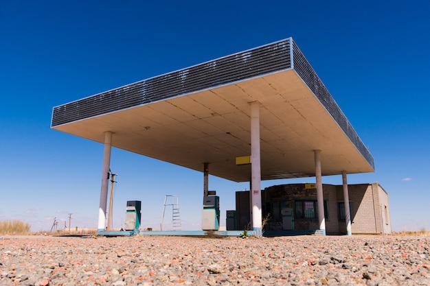 Oud verlaten het eindbrandstofstation van de kant van de wegvrachtwagen dichtbij de kleine stad van texas van siërra blanca
