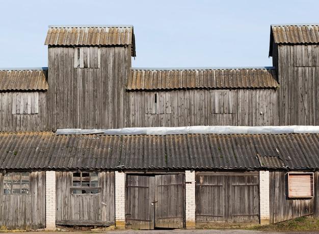 Oud verlaten houten bouwmagazijn, details van bouw op de boerderij