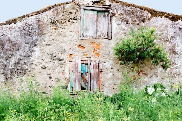 Oud verlaten huis met houten deur en raam