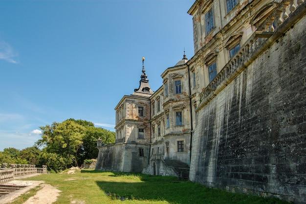 Oud verlaten kasteel in lviv-gebied in de oekraïne