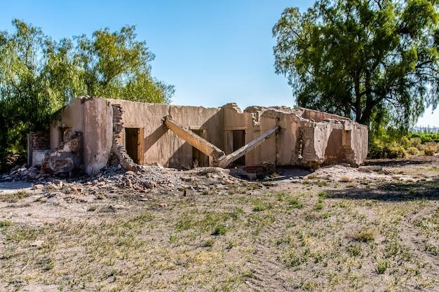 Oud vernietigd modderbakstenen huis