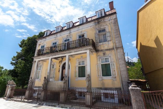 Oud vervallen gebouw in de oude stad cetinje na oorlog, montenegro