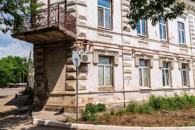 Oud vervallen huis aan de naberezhnaya-straat