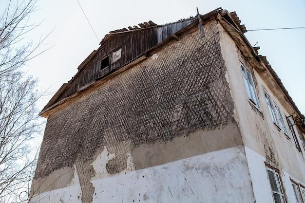 Oud vervallen verweerd huis dat gerenoveerd moet worden huisvestingsprobleem