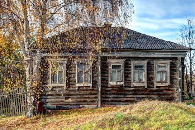 Oud, verwoest huis op het platteland.
