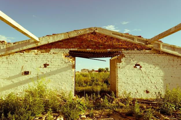 Oud vintage verlaten gebouw in puin, uitzettingen en verlatenheid