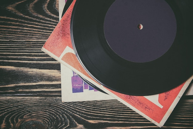 Oud vinylverslag op de houten lijst