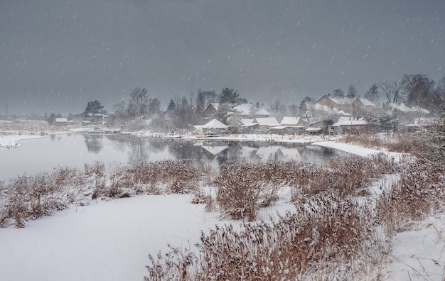 Oud vissersdorp op een besneeuwde winterdag. pudost dorp. rusland.