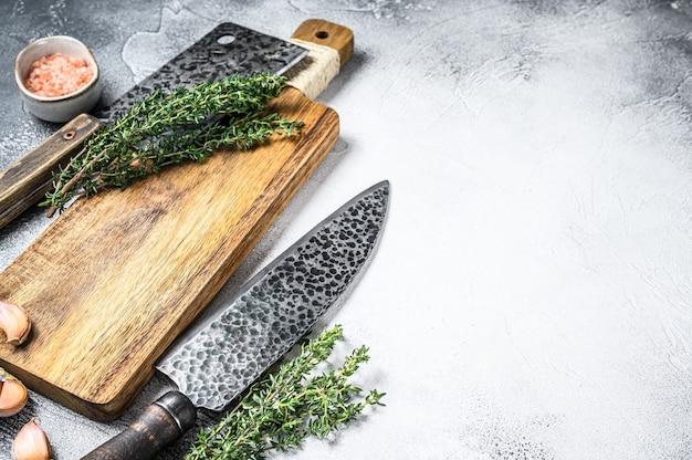 Oud vlees slager hakmes en mes. witte achtergrond. bovenaanzicht.