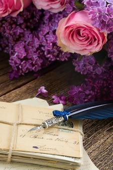 Oud weiland met bloemen en blauwe veerpen
