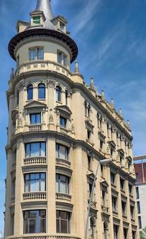 Oud woongebouw op zonnige dag in barcelona, spanje
