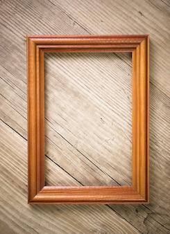 Oude afbeeldingsframe op een houten achtergrond