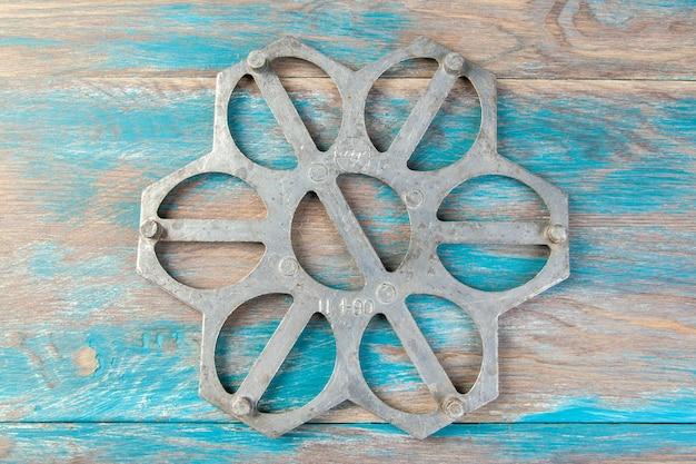Oude aluminium dumplings schimmel op blauwe houten achtergrond. ruimte voor tekst kopiëren.