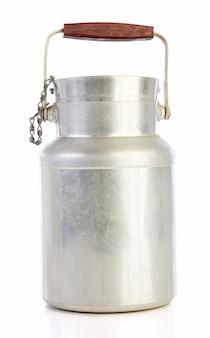 Oude aluminium melkkan geïsoleerd