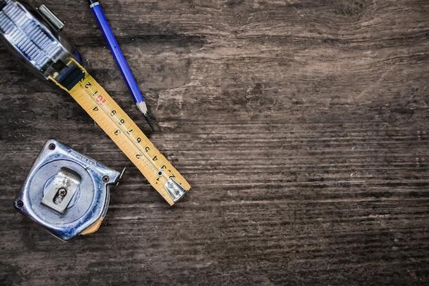 Oude ambachtsman's tool op houten tafel