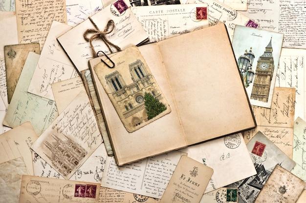Oude ansichtkaarten en vintage boek
