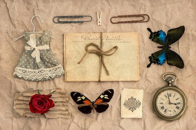 Oude ansichtkaarten, vlinders en vintage spullen. nostalgische scrapbooking achtergrond