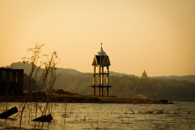 Oude antieke kerktempel is droog en het waterpeil daalt, dus de tempel is zonder water en mensen respecteren de oude