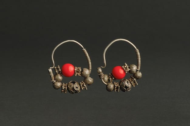 Oude antieke oorbellen met stenen op zwarte achtergrond. midden-aziatische vintage sieraden