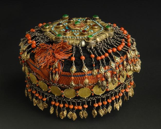 Oude antieke pet met stenen op zwarte achtergrond. midden-aziatische vintage sieraden