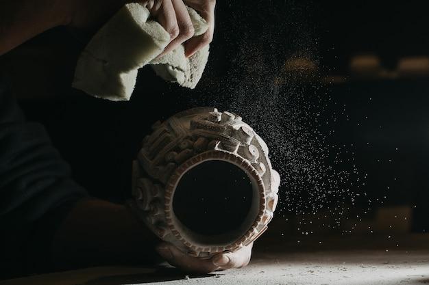 Oude archeologische pot met etnische versieringen erop