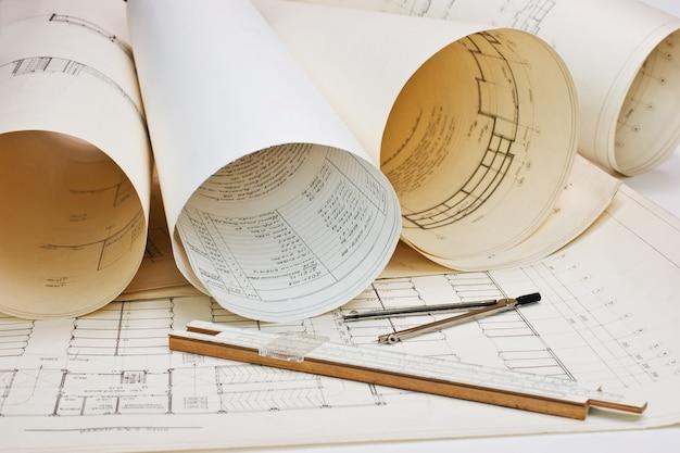Oude architectonische tekening met een liniaal en een kompas