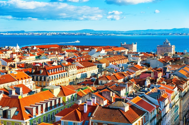 Oude architectuur met rode daken in lissabon, portugal. panoramisch uitzicht vanaf observatiepunt