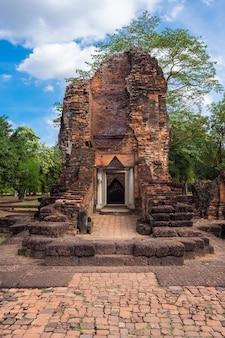 Oude architectuur van het historische park van si thep, thawarawadeekoninkrijk, thailand