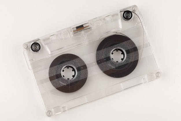 Oude audiocassette op een wit oppervlakteclose-up
