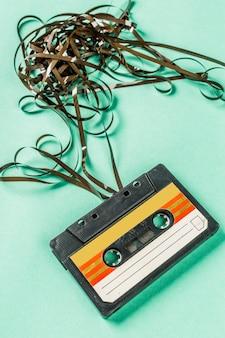 Oude audiocassettes op turkoois