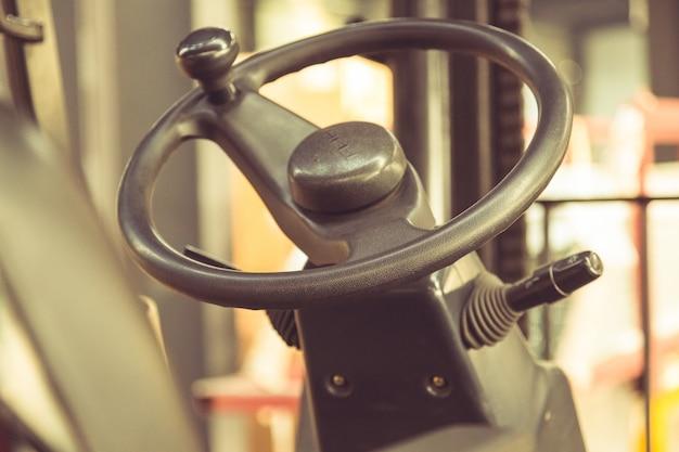 Oude auto, cabine, stoel en stuurwiel, gedeeltelijk