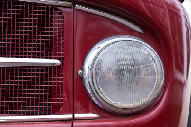 Oude autokoplamp van een brandweerwagen.