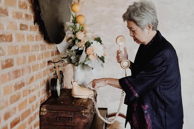 Oude aziatische oudere senior oudere vrouw telefoonnummer thuis kiezen