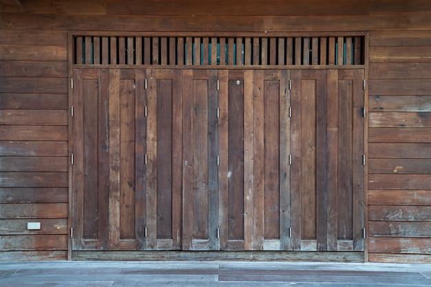 Oude aziatische vintage houten deur-raam, thailand.