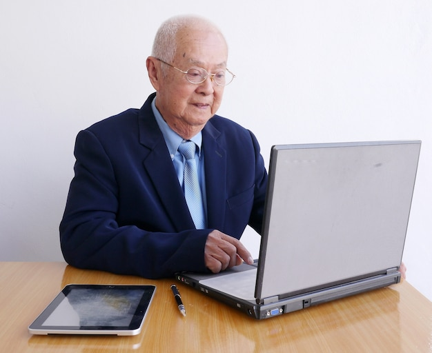 Oude aziatische zakenman