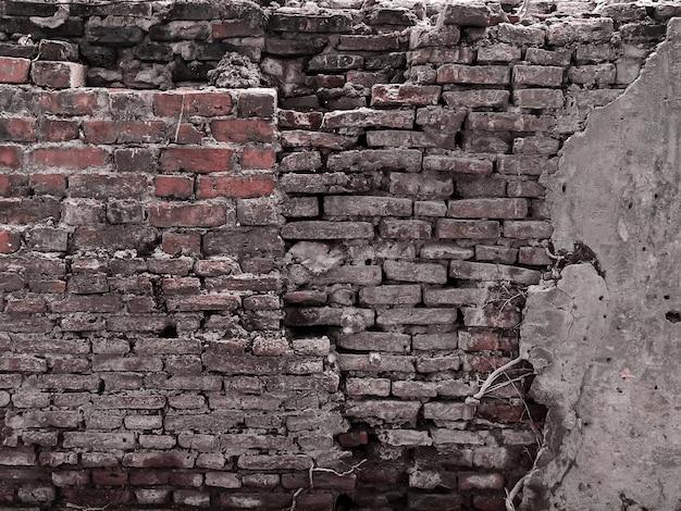 Oude baksteen in betonnen muur