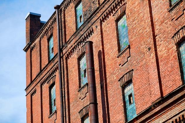 Oude bakstenen fabrieksgebouw