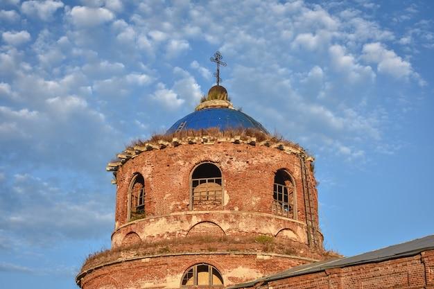 Oude bakstenen kerstkerkdorp istier