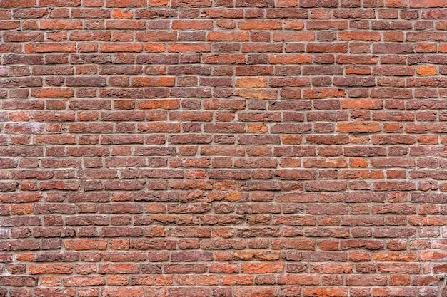 Oude bakstenen muur metselwerk van een oude baksteen in een rustieke stijl de structuur en het patroon van de verni...
