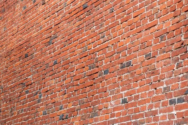 Oude bakstenen muur. metselwerk van een oude baksteen in een rustieke stijl. de structuur en het patroon van de vernietigde stenen muur. kopieer ruimte.