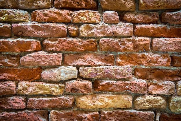 Oude bakstenen muur op de straat van venetië, italië