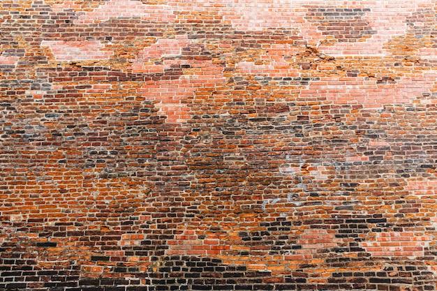 Oude bakstenen muur, oude europese stad. zomertoerisme en reizen, beroemde bezienswaardigheid van europa, populaire plaatsen en straten