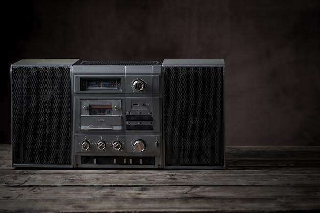 Oude bandrecorder en cassette op houten lijst