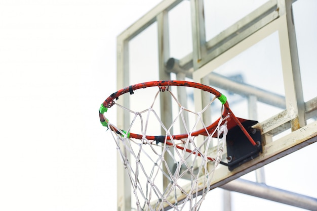 Oude basketbalhoepel op witte achtergrond in de openbare de straatsporten van de sport openluchtspeelplaats
