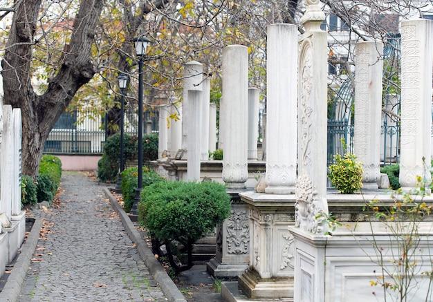 Oude begraafplaats met marmeren graven en graf van mahmud ii in istanbul