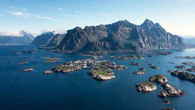 Oude berghuizen werden gebouwd op de eilanden, veel schoon water weerspiegeld in het water